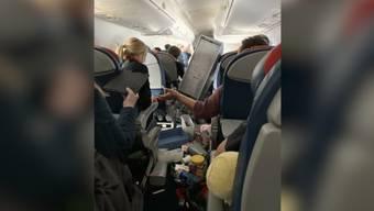 Zweimal sackte das Flugzeug laut einem Passagier ab – zurück blieben Chaos und fünf Verletzte.