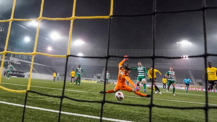 SCK-Goalie Rafael Zbinden ist hier chancenlos: Schaffhausens Emiliano Mozzone erzielt das Tor zum 1:0.