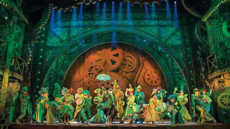 Das Musical Wicked wird im Theater 11 in Zürich gezeigt. Die Bühne ist als Uhrwerk dargestellt.