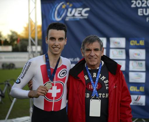 Medaillengewinner Christen posiert mit seinem Trainer Daniel Gisiger. Gisiger trainierte bereits Talente wie Hirschi und Küng.