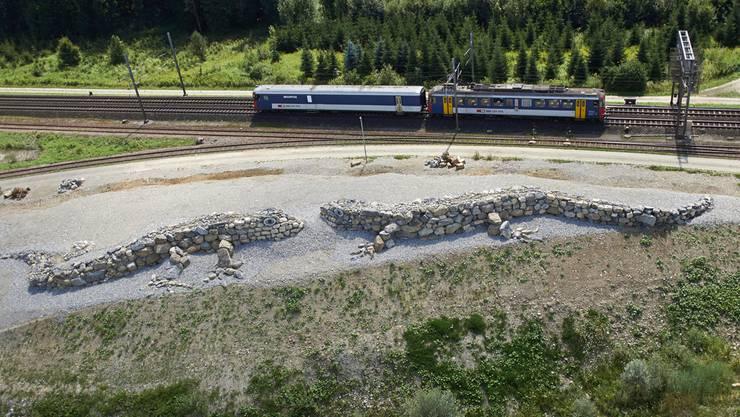 Die je rund 35 Meter langen Steinechsen symbolisieren einerseits die enormen Dimensionen der Kiesreserven, über die unser Land verfügt. Anderseits zeigen sie, dass die Natur und der Kiesabbau gegenseitig von einander profitieren