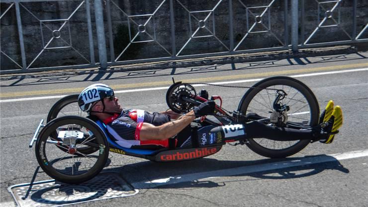 Rollstuhl-Sportler Cornel Villiger in Action. Der Boswiler liebt es, sich an Wettkämpfen mit anderen Sportlern zu messen. Hier ist er unterwegs mit seinem Handbike. zvg