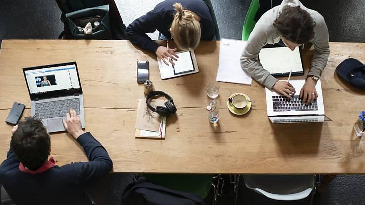 """Sowohl angestellt, als auch selbstständig: Die Zahl sogenannter """"Part-Time-Preneure"""", die ihr Unternehmen neben einer Teilzeit-Anstellung aufbauen, wächst. (Themenbild)"""