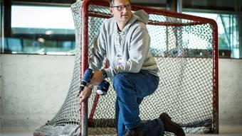Peter Küng, Betriebsleiter der Eishalle Reinach und NLA-Schiedsrichter, bereitet das Tor vor für das Testspiel der Kloten Flyers und BK Roegle.