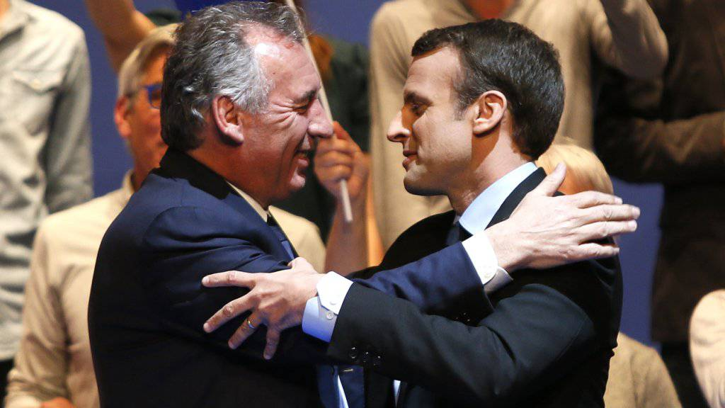Ziehen für die Parlamentswahlen an einem Strick: Der französische Präsident Emmanuel Macron (rechts) und Zentrumspolitiker François Bayrou. (Archivbild)