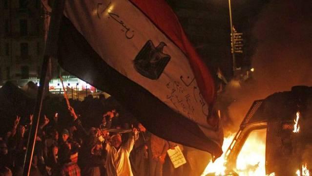 Kundgebung mit brennendem Fahrzeug am Montag in Kairo trotz Ausgangssperre