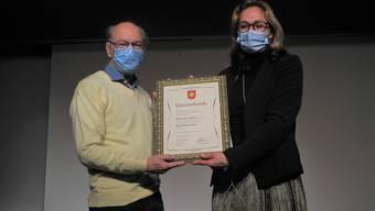 Von Gemeindepräsidentin Rahel von Planta erhielt Paul Studer die Ehrenbürgerurkunde.