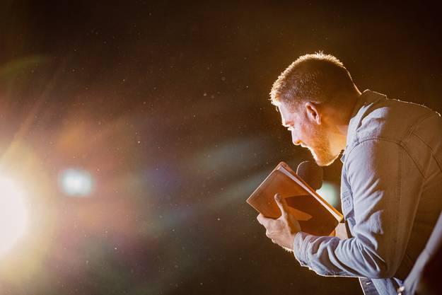 """Der Jugendpastor Michael Pellaton predigte am """"Unlocked"""" über das Thema Identität."""