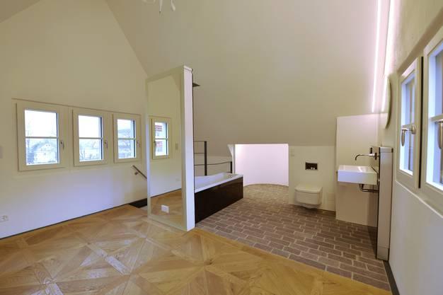 Im Dachstock das Schlafzimmer mit dem angrenzenden offenen Bad
