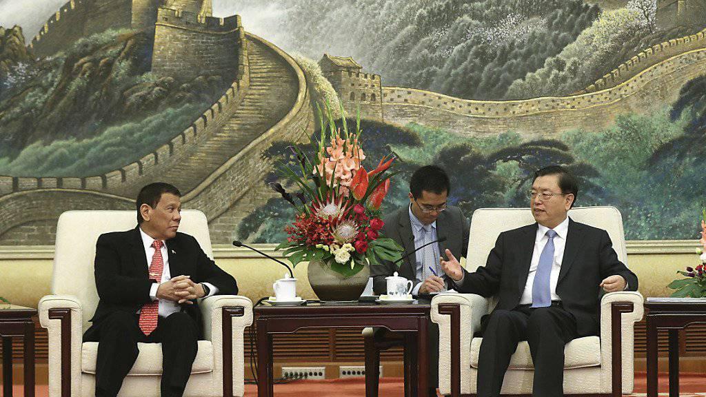 """Der philippinische Präsident Rodrigo Duterte strebt eine Annäherung an China an und führt """"freundschaftliche"""" Gespräche mit seinem chinesischen Amtskollegen Xi Jinping"""