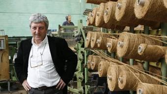 Firmenchef Peter Ruckstuhl ist stolz auf die «antike» Webmaschine. Zuverlässig und in hoher Qualität entstehen darauf die unverwüstlichen Kokosteppiche. Bild: Layout Sonntag)
