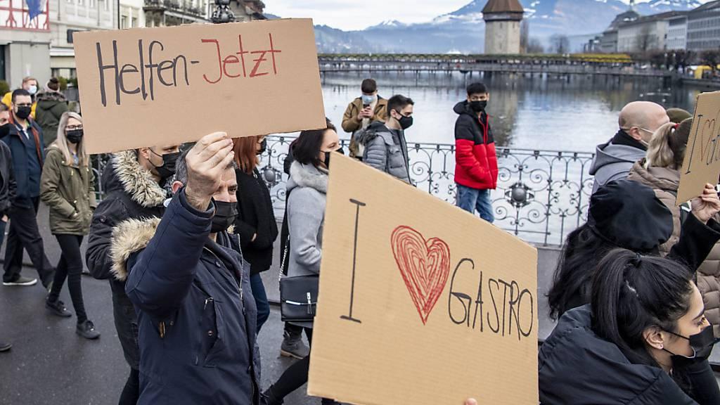 Luzerner Gastronomen demonstrieren für Entschädigung in der Coronakrise - einigen von ihnen geht es mit der Hilfe zu wenig schnell. (Archivbild)