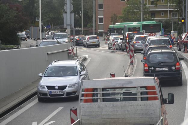 Tagtäglich stauen sich die Autos am Luzernerring-Wasgenring. Für die Behörden ist das ein vorübergehendes Phänomen.