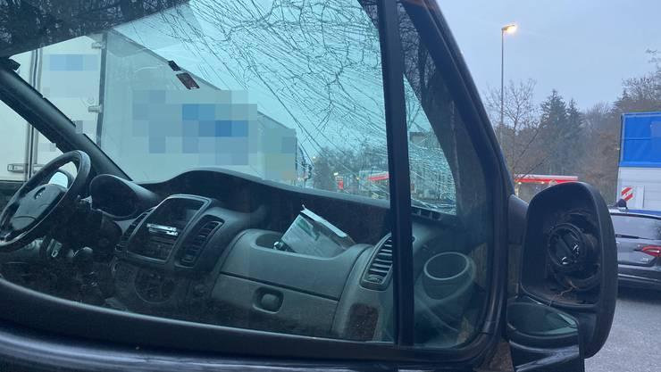 Das Auto wurde von einer Eisplatte getroffen.