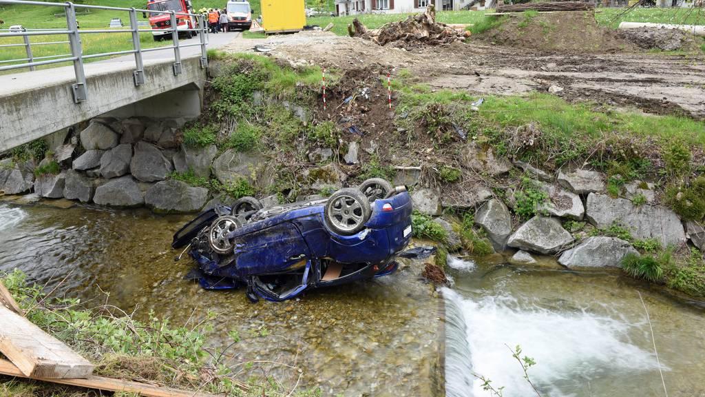 Auto landet nach Unfall im Bach auf dem Dach – 18-Jährige verletzt