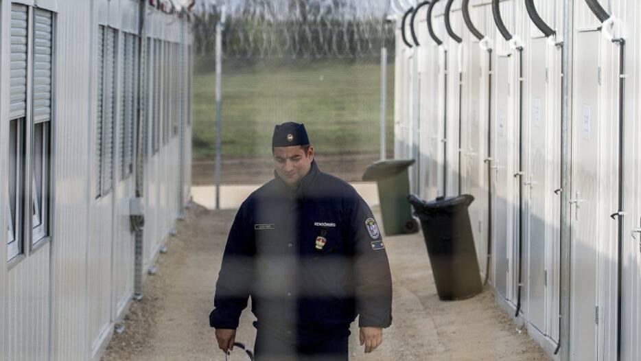 Ein ungarischer Polizist patrouilliert durch das ein Internierungslager für Asylsuchende an der Grenze zu Serbien.