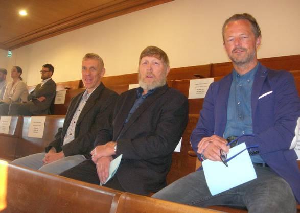 Der Weininger Gemeindeschreiber Bruno Persano, der alt Gemeindepräsident Hanspeter Haug (SVP) undder Bauvorstand Harry Landis (parteilos) verfolgen die Debatte zum Autobahndeckel Weiningen im Zürcher Kantonsrat.