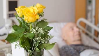 In den Schweizer Pflege- und Altersheimen ist eine hohe Zahl an Coronatodesfällen zu beklagen.