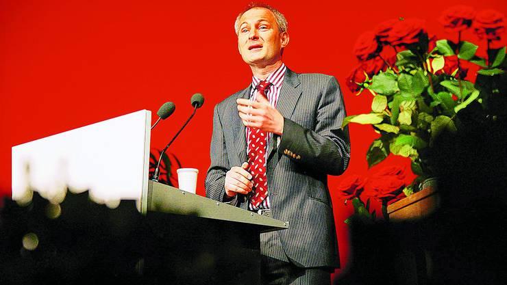 Bildungsdirektor Bernhard Pulver spricht am Lehrertag 2009 zu Tausenden Lehrern. sat
