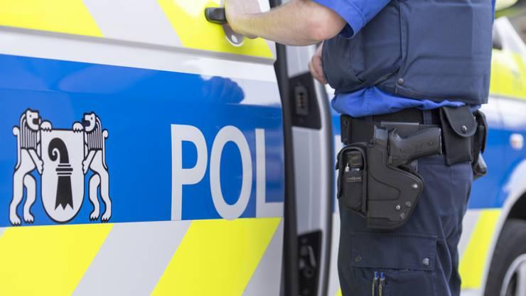 Während zwei Kollegen mit ihm rangen, hat ein Polizist mit seinem rechten Fuss auf das Gesicht des am Boden Liegenden eingetreten.