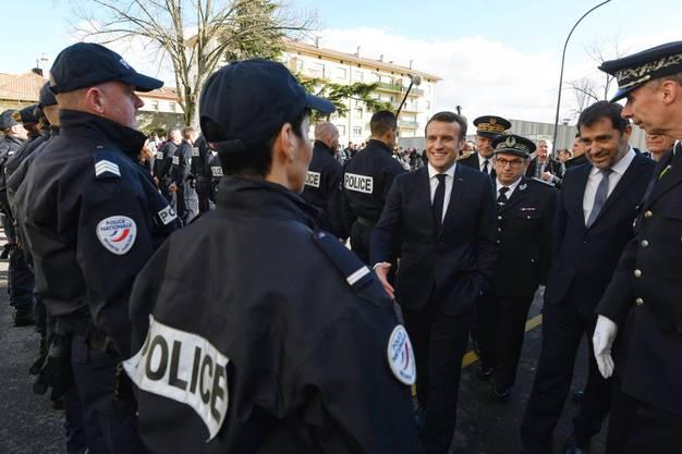 Macron diskutierte auch mit den lokalen Polizeikräften.