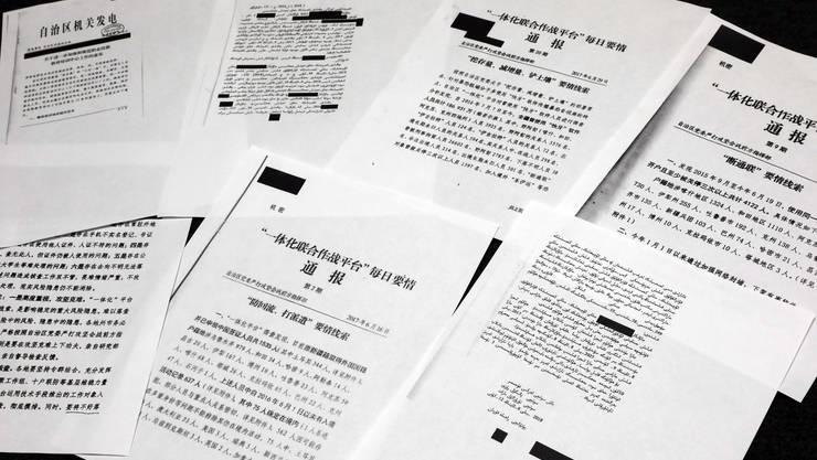 """Die Unterlagen der Kommunistischen Partei Chinas belegen, dass die von Peking als """"Weiterbildungseinrichtungen"""" in der Region Xinjiang bezeichneten Lager in Wirklichkeit abgeschottete, streng bewachte Umerziehungslager sind."""