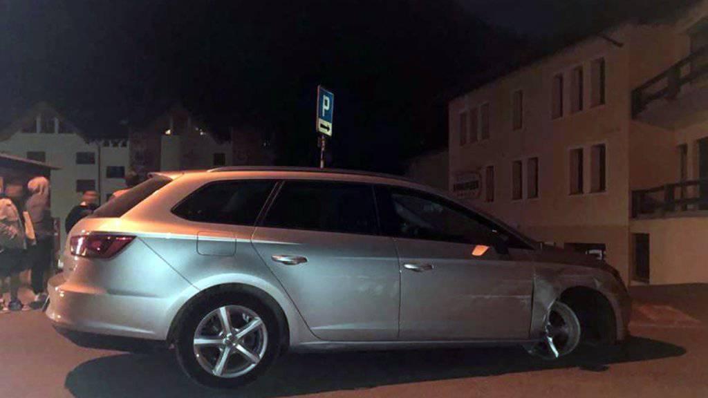 Jugendliche stoppten die Lenkerin, die auf einer Felge (vorne rechts am Auto) durch Pontresina fuhr.