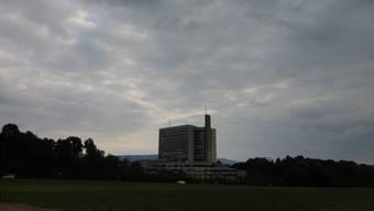 Dunkle Wolken über dem Bruderholzspital.