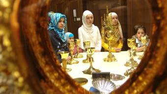 Interreligiöser Dialog: Musliminnen lassen sich katholische Gottesdienstutensilien erklären.