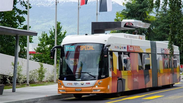 Der von Hess und ABB entwickelte Elektrobus «Tosa» wird in Genf auf Herz und Nieren getestet.