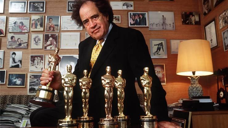 Ein Raum voller Erinnerungen und goldgelber Männchen: Arthur Cohn im Jahr 2000 in seinem Basler Büro. Keystone