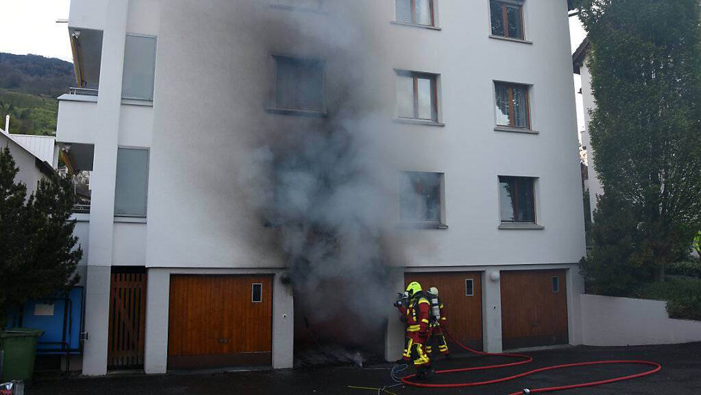 Eine Ungeschicklichkeit beim Betanken des Mofas löste in der Garage eines Mehrfamilienhauses in Buchs im Kanton St. Gallen einen teuren Brand aus.