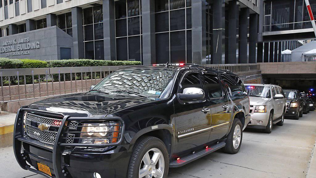US-Präsidentschaftskandidat Donald Trump verlässt das FBI-Gebäude in New York nach seinem ersten vertraulichen Briefing durch die Sicherheitsbehörde.