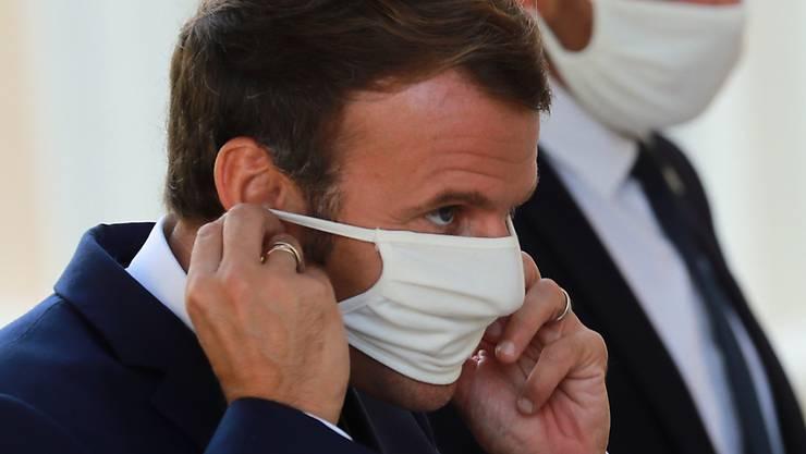 Angesichts weiter steigender Fallzahlen beim Coronavirus hat Frankreichs Staatspräsident, Emmanuel Macron (links), ein Treffen der Regierung einberufen, um über weiter Massnahmen zur Eindämmung des Virus zu beraten. (Archivbild)