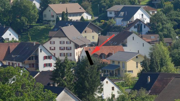 Umstritten: Pfeil und dunkle Fläche zeigen den ungefähren Standort der geplanten Photovoltaikanlage in Herznach