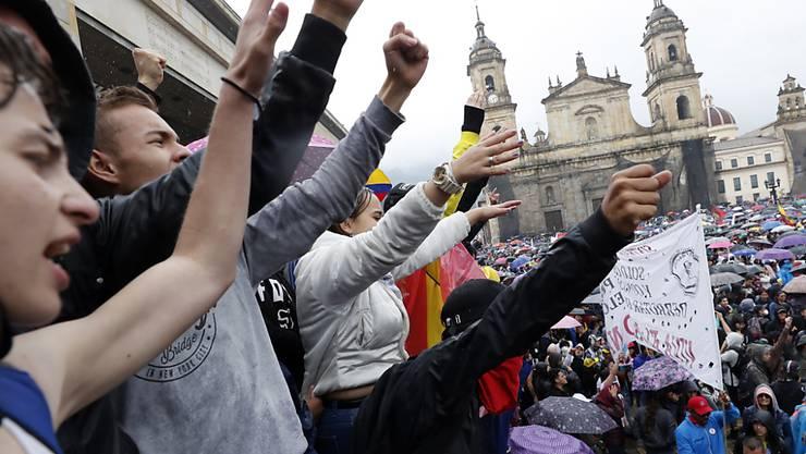 Dem Generalstreik und den Massenkundgebungen schlossen sich Studenten, indigene Gruppen, Umweltschützer und Opposition an. Sie protestieren in der Hauptstadt Bogotá und anderen Städten des Landes.