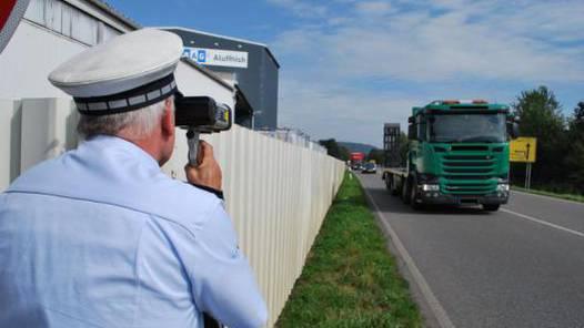 Polizeihauptkommissar Hansjörg Flügel kontrollierte an der B 314 bei Horheim mit einem Lasermessgerät die Verkehrsteilnehmer. Bis 12 Uhr gab es zwei Autofahrer, die zu schnell unterwegs waren.