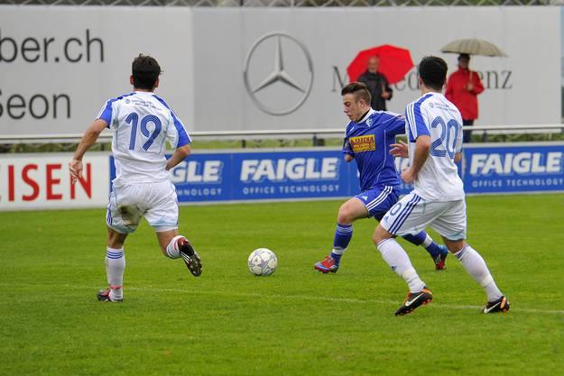 Der Wohler Sascha Salzmann schiesst das 1-0 trotz der Gegenspieler Thiomir Djanesic links und Fabian Souto rechts.