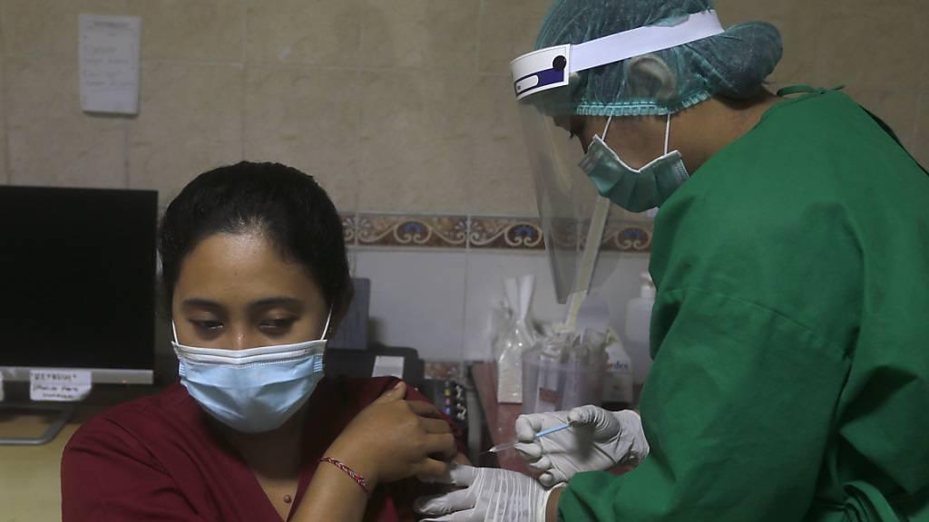 Eine Impfübung auf Bali. Die indonesische Arzneimittelagentur hat eine Notfallzulassung für den Corona-Impfstoff des chinesischen Pharmakonzerns Sinovac Biotech erteilt. Foto: Firdia Lisnawati/AP/dpa
