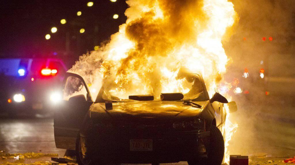 Schon mehr als 100 Autos wurden diesen Sommer in Schweden angezündet. Die Polizei tappt noch immer im Dunkeln. (Symbolbild)