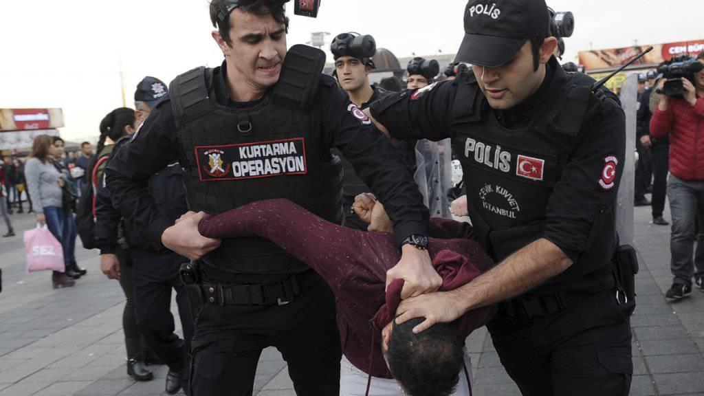 Türkische Polizisten gehen gegen Regierungskritiker vor - auch der Druck auf Medienvertreter ist seit dem Putschversuch gewachsen. (Archivbild)