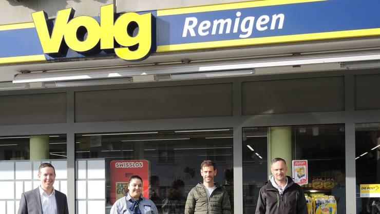 Bereichsleiter Kaspar Gisler (v.l.), Filialleiterin Melania Cipolla, Michael Wyder und Christoph Bühlmann von der Genossenschaft.
