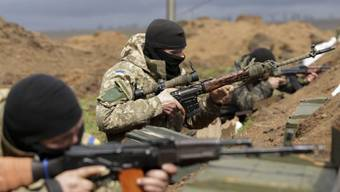 Ukrainische Soldaten vor einer Woche in einer Stellung bei Mariupol