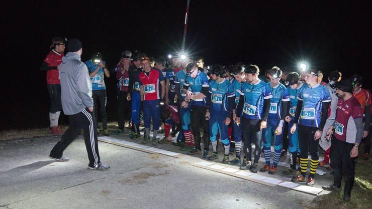 Läufer warten auf den Start der Nacht-OL.