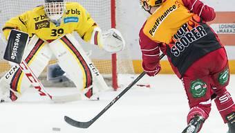 Lausanne-Topskorer Hytönen prüft SCB-Goalie Marco Bührer.