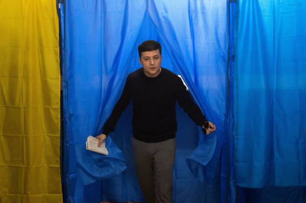 Der ukrainische Komiker und Präsidentschaftskandidat Wolodimir Selenski in einem Wahllokal in Kiew.