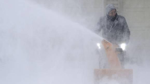 Ein Mann räumt seine Einfahrt frei in Appleton, Wisconsin.