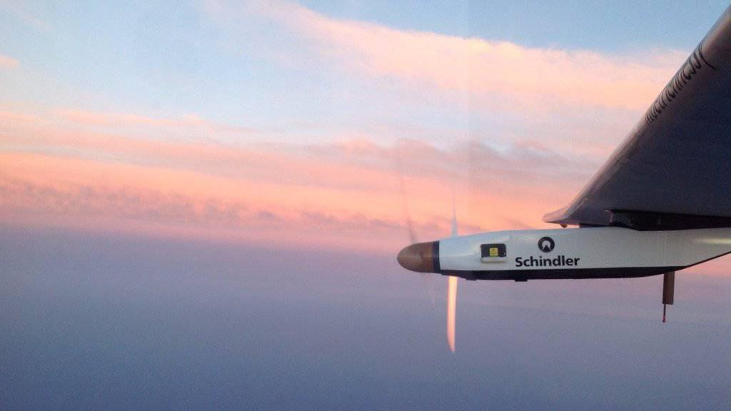 Hoch über dem Atlantik: Blick aus dem Cockpit der «Solar Impulse 2» kurz vor dem Erscheinen des «Erdbeermondes». (Twitter-Account Bertrand Piccard)