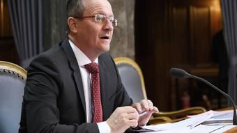 Martin Schmid (FDP/ZH) setzte sich im Ständerat dafür ein, dass Kleinkreditgeber nur bei absichtlichen Verstössen gegen die Bestimmungen mit harten Sanktionen rechnen müssen. Der Rat lehnte das aber ab.