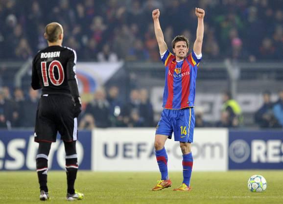 Valentin Stocker jubelt, Bayern Arjen Robben ist betrübt. Soeben hat der FCB gegen Bayern mit 1:0 gewonnen.